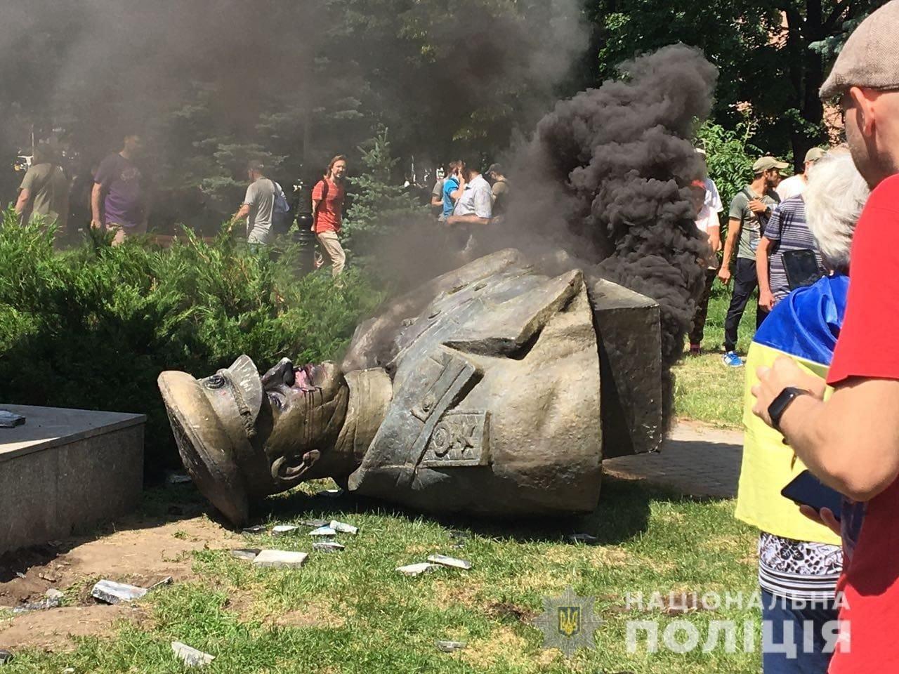 В Харькове повалили бюст маршала Жукова , фото-1