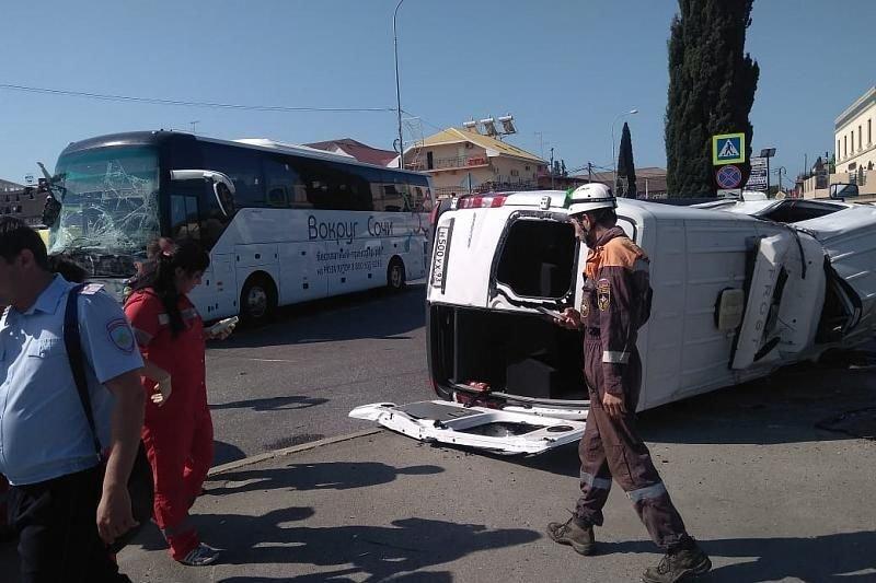 Два автобуса столкнулись в Сочи: госпитализированы 23 человека, фото-1